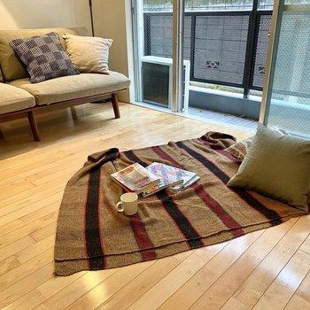ゆったりめの空間なので、床座でのんびり過ごすのもアリ。