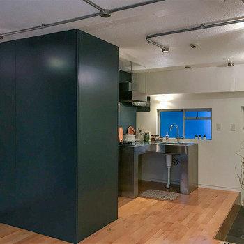 壁の後ろにスタイリッシュなキッチンがチラリ!※家具はサンプルです