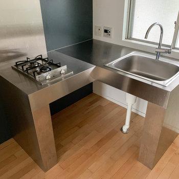 L字のキッチン。真ん中に電子レンジなども置けそうです。