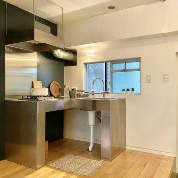 ステンレスのL字キッチンがスタイリッシュ!右側に冷蔵庫がおけます。