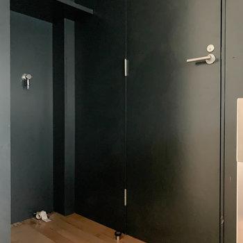 キッチン左に洗濯機置き場と、サニタリーへの扉です。
