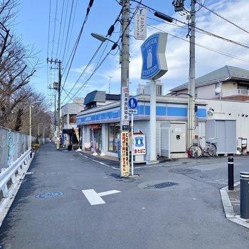 駅までの道のりにあるコンビニ。途中から線路沿いを歩いていきます。