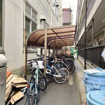 駐輪場(空き要確認)。屋根があるので濡らさず保管できます。