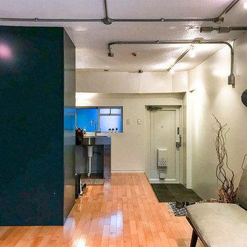 キッチンの右側に土間の玄関があります。※家具はサンプルです