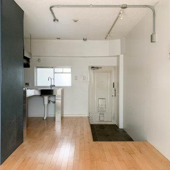 キッチンの右側に土間の玄関があります。