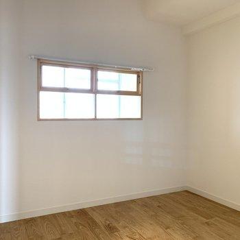 寝室の小窓は玄関の土間につながっています※写真は似た間取りの別部屋です