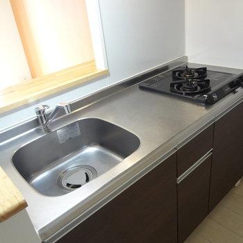 キッチンは程よい広さです。コンロも2口あるから料理もはかどりそう。(※写真は4階の同間取り別部屋のものです)