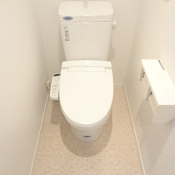トイレはもちろんウォシュレットつき!(※写真は4階の同間取り別部屋のものです)