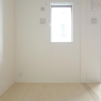 寝室にも窓があるってうれしい。(※写真は4階の同間取り別部屋のものです)