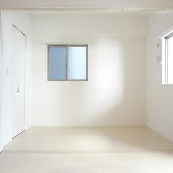リビング横は寝室。しきりを開けてワンルームとして使うのもいいな。(※写真は4階の同間取り別部屋のものです)