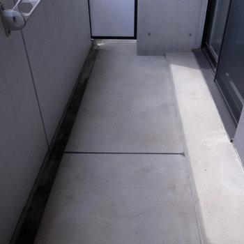 ゆったりめのバルコニー(※写真は6階の反転間取り別部屋のものです)