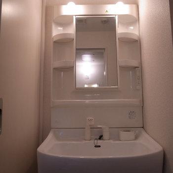 独立洗面台(※写真は6階の反転間取り別部屋のものです)