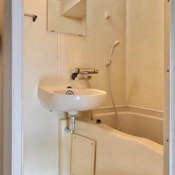 お風呂は2点ユニット。サーモ水栓で朝の洗顔もラクラクです!