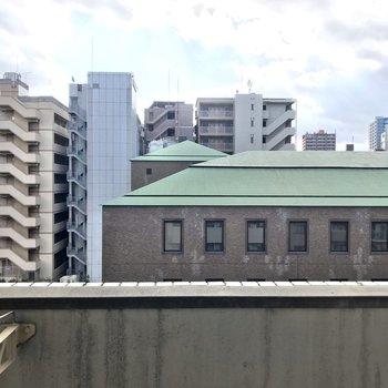 目の前は大通り挟んで銀行の屋根が見えました。圧迫感はありません◯