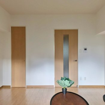 左側の扉がクローゼット。(※写真の家具・小物は見本です)