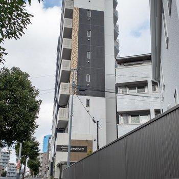 建物は背が高いです。