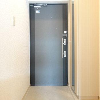 明るい玄関。姿見があるのが助かる〜!(※写真は3階の同間取り別部屋のものです)