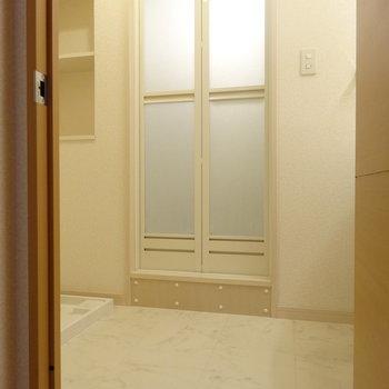 脱衣所に洗濯機置き場。タオルを置けそうな棚も◎(※写真は3階の同間取り別部屋のものです)