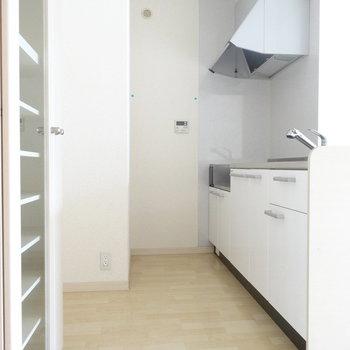 真っ白が素敵なキッチン。冷蔵庫を置けるスペースも◎(※写真は3階の同間取り別部屋のものです)