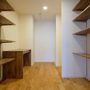 キッチン奥には大きな収納スペースが! 書斎にも出来ますね。