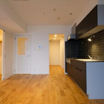 【LDK】左手、キッチン奥にそれぞれ収納があります。