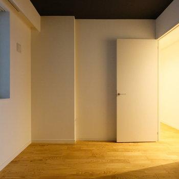 【6帖】共用廊下側の居室です。少し暗めですが、ぐっすり寝れそうで寝室にぴったり。