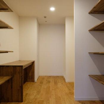 キッチン奥にある収納、書斎スペース