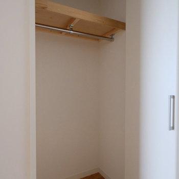 ベランダ側居室には小さな収納が扉前にもう一つ