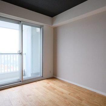 【7.5帖】リビング横、ベランダ側の居室です。ダブルベッドだって置けちゃう広さです。