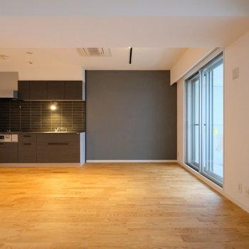 【LDK】シックな色合いのアクセントクロスとキッチン、無垢床の相性◎