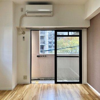 張り替えられたばかりのフローリングとあずき色のアクセントクロスがお部屋の雰囲気を作ります。