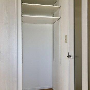 冷蔵庫置き場はお部屋の入り口脇に!上には可動式の棚が付いています。