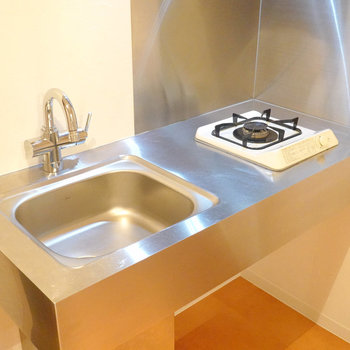 調理スペースはちょいとコンパクトなので、シンクボードで拡張を。