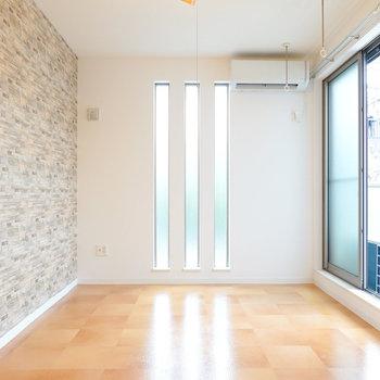 洋室はチェックタイルに縦長のFIX窓が開放感を与える空間。
