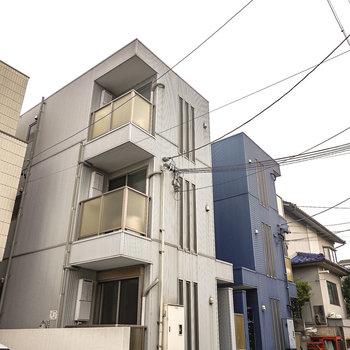 双子の建物の、白い方がお部屋の建物です。