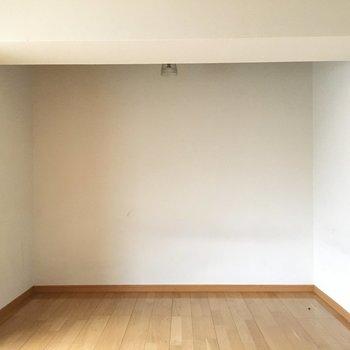 お部屋はシンプル。真っ白な壁に何を飾ろうかな。(※写真は3階の同間取り別部屋のものです)