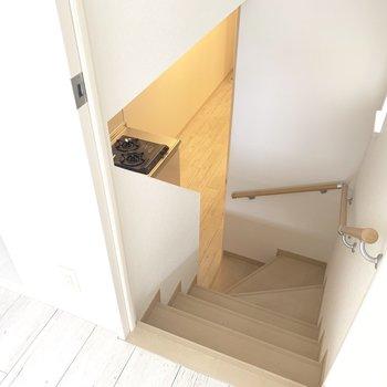 小窓付きの階段おります♪