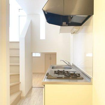 キッチンは左横に冷蔵庫かな