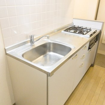 コンパクトなキッチンですが調理スペースがあります。