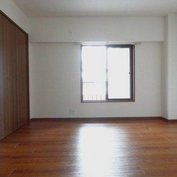 玄関側の7.5帖の洋室。奥にダブルベッドを置こう!
