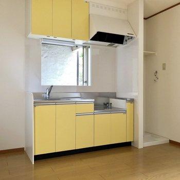 【DK】キッチンには小窓がついていて換気も楽々です※お部屋は通電前のものです
