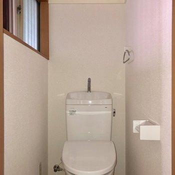 トイレにも小窓付きで換気ができちゃいます※お部屋は通電前のものです