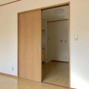 【洋室】ドアの向こう側にはダイニングキッチンが広がっています※お部屋は通電前のものです