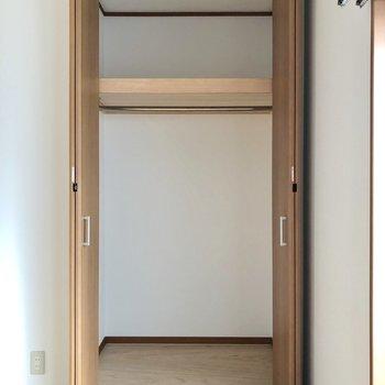 【洋室】天井まで続く大きなクローゼットです。上段は高めなので台があるといいですね※お部屋は通電前のものです
