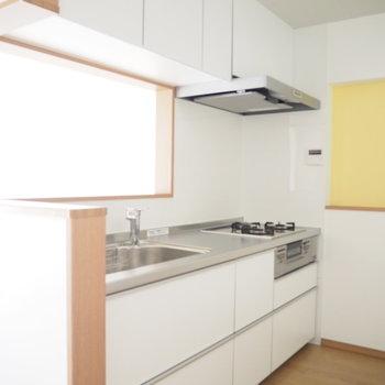 白いキッチン!キッチンスペースも広々としています