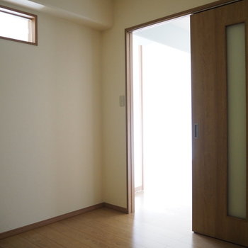 洋室②】壁の上部に小窓がついていますね