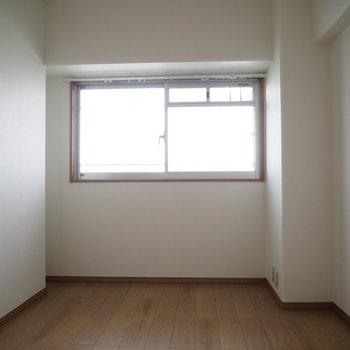 洋室③】窓は大きめで明るいです◯