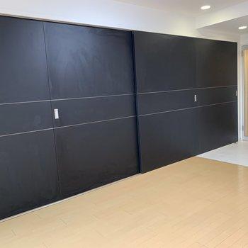 お部屋の一面は黒い重厚感のある4枚の引違い戸