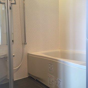 浴室乾燥と追い焚き付き!ゆったり浸かれそうなお風呂。※写真は前回募集時のものです