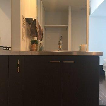 キッチンの横に独立洗面台が。※写真は前回募集時のものです